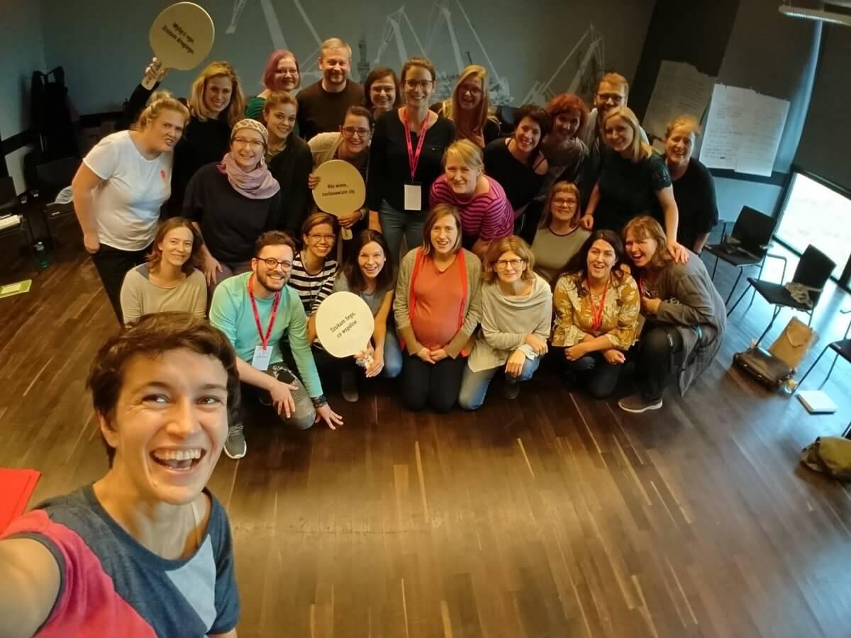 """Trenerki z Nansen Center for Peace and Dialogue oraz grupa osób uczestniczących w szkoleniu """"Wyłącz ego. Zrozum drugiego"""" zorganizowanym przez Fundację Orange w październiku 2019 r. Fot. Agata Urbanik."""
